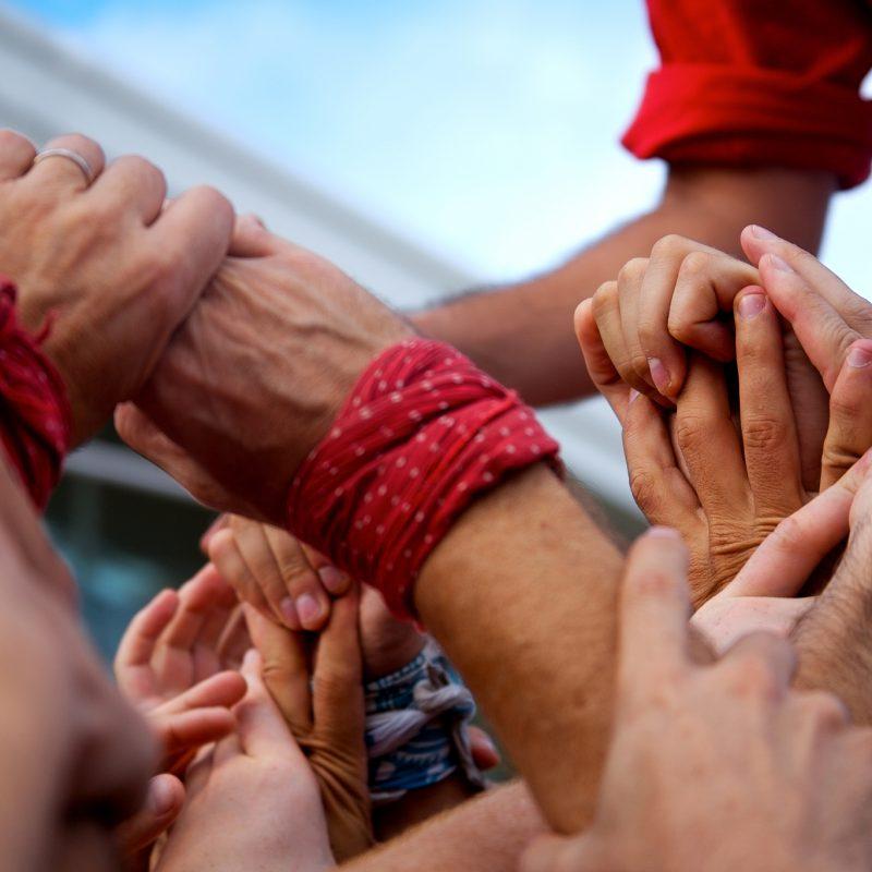 Hände halten einander