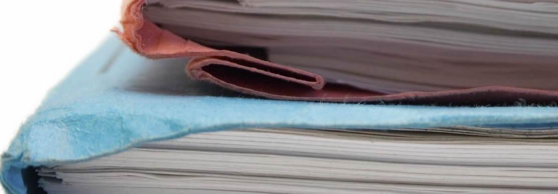 Stapel aus Heften und Papier