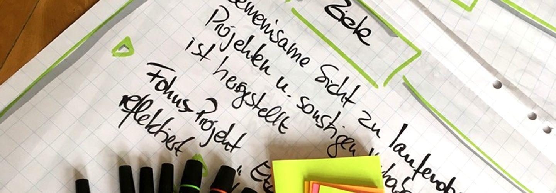 Coaching, Training, Beratung, Flipcharts mit Stiften und Zetteln