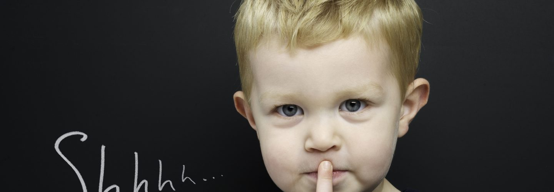 kleiner Junge macht shhhh